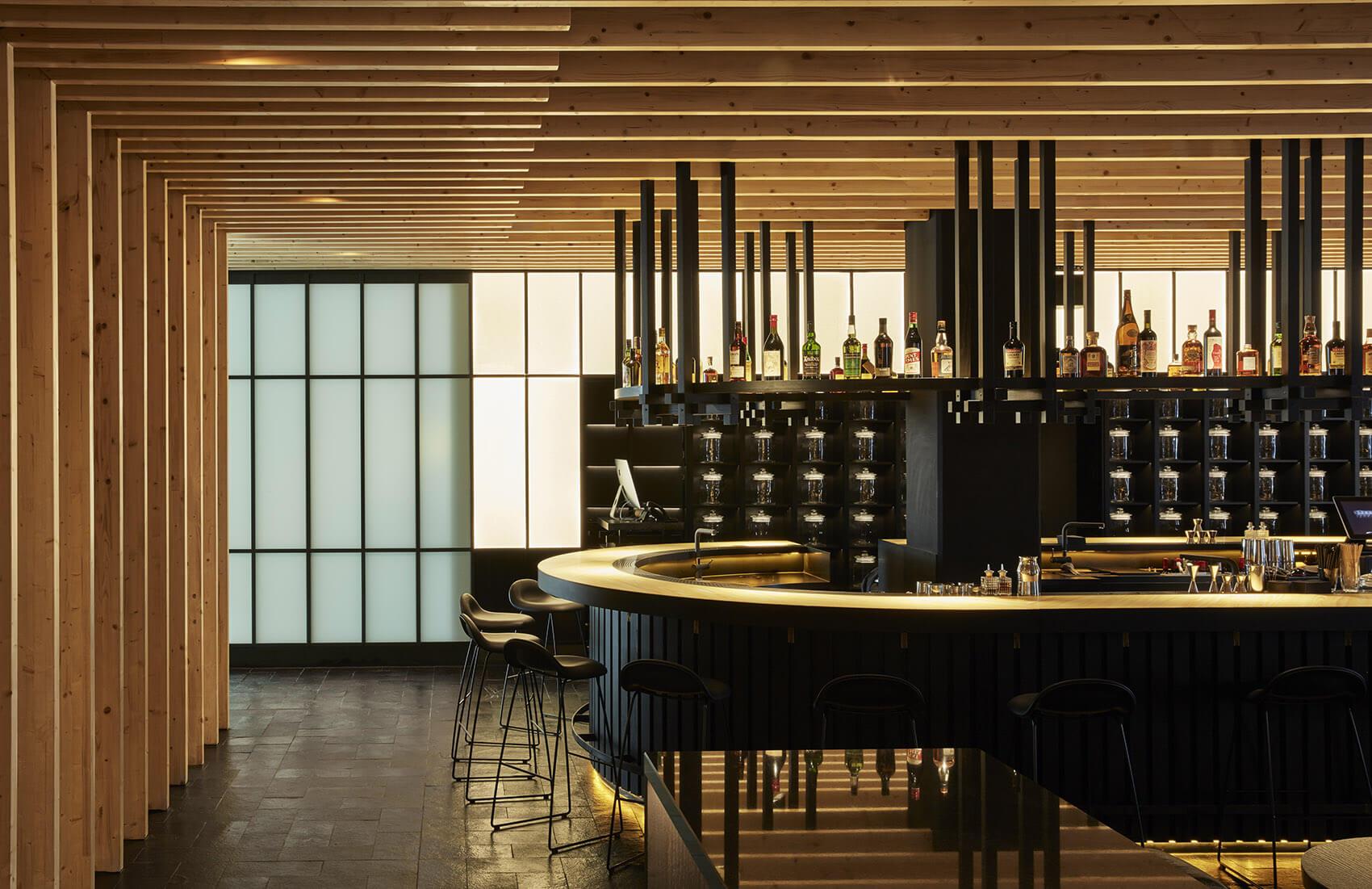 意大利饮食是西餐的起源、法国菜的始祖为意大利菜不仅有悠久的历史、灿烂的文化、雄伟的建筑,更是著名的美食王国。 居酒屋,指日本传统的小酒馆,是提供酒类和饭菜的料理店。 这两种不同风格不同文化的餐饮形式相遇会碰撞出怎么样的火花呢? 来吧我们一起欣赏下吧。 餐厅总览:可以透过外部玻璃看见的开放式厨房  这间餐厅,可以透过入口处的玻璃看见餐厅的开放式厨房。